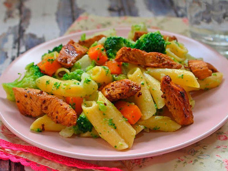 Pasta con verduras y pollo a la oriental