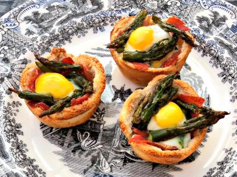 Tartaletas de espárragos trigueros y huevos de codorniz