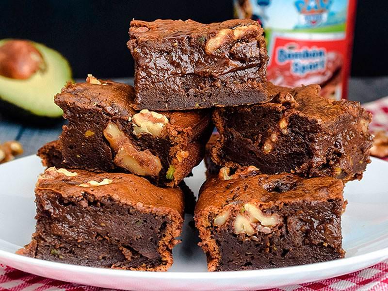 Brownie de aguacate y crema de cacao con avellanas